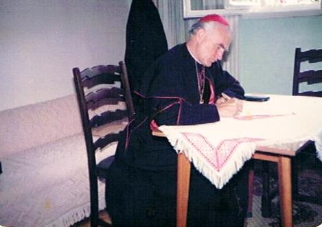 Kardinal Franjo Kuharić potpisuje Dekret